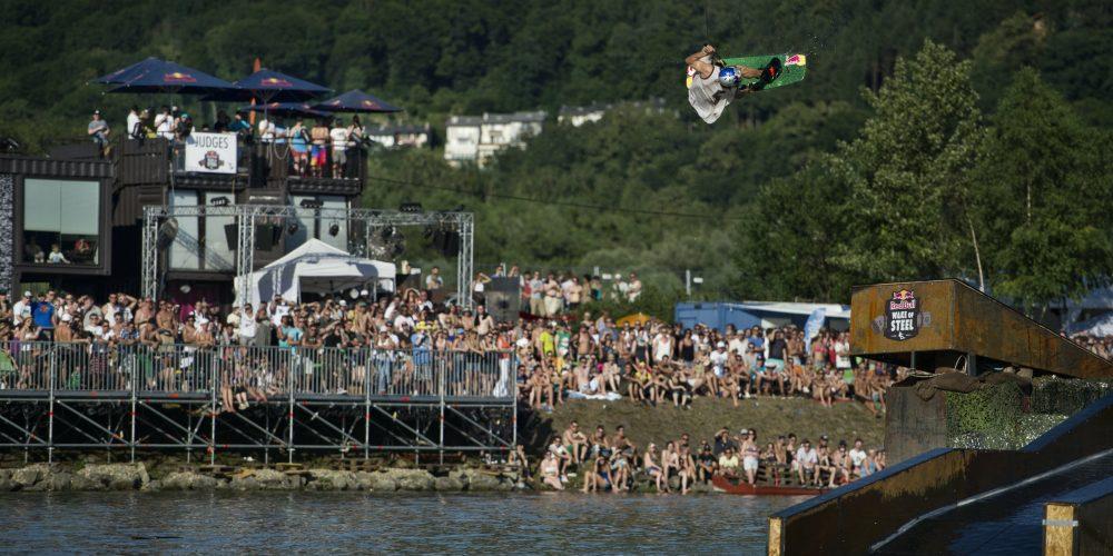 Wakeboard-Elite verwandelt Linzer Frachtschiff zum Schlachtschiff