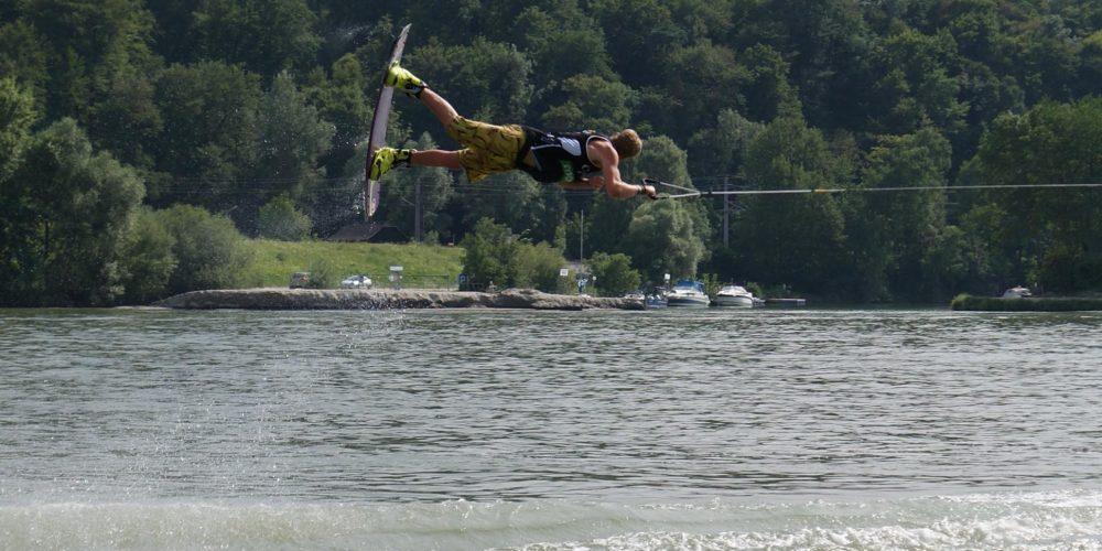 Die Bootsfahrer steigen in Pörtschach/Wörthersee in den Corona Wakeboard Cup 2014 ein,